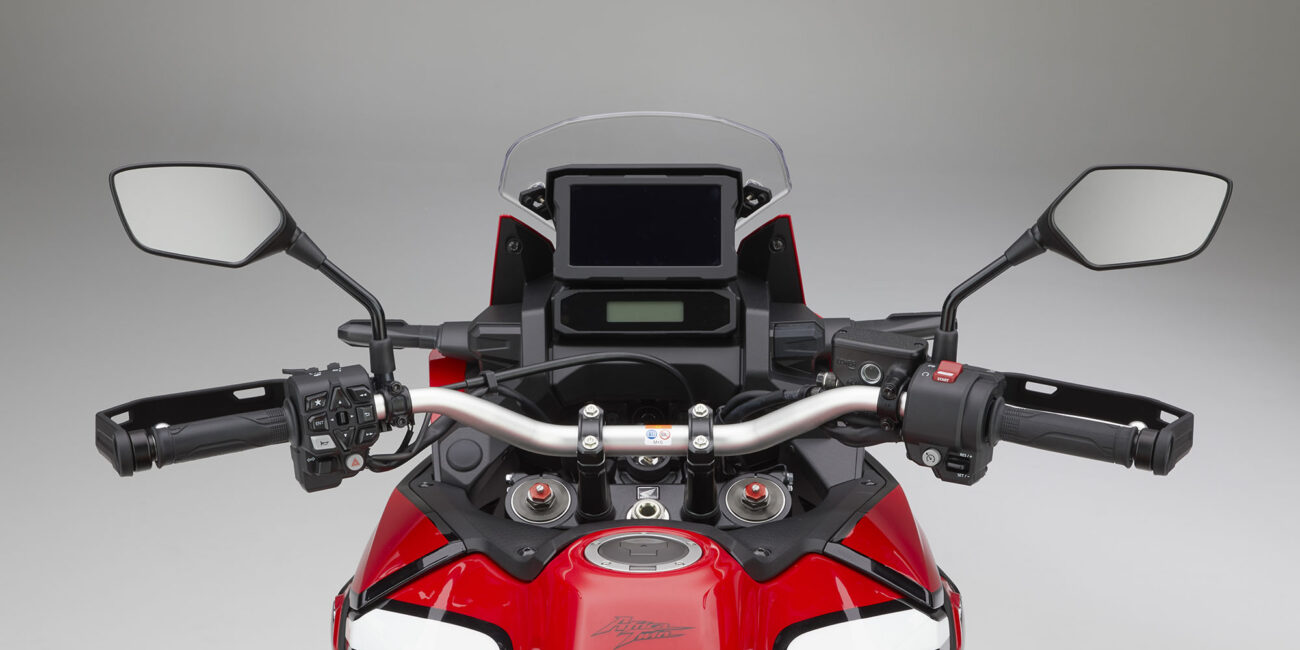20YM_AfricaTwin_L1_Red_R380B_RiderView